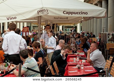 London Juni 2:people in ein Open-Air-Café in Covent Garden im london.one des Mains, 2. Juni 2011