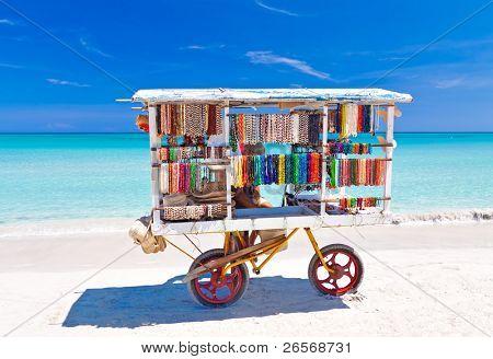 Verkauf von typischen Souvenirs am schönen kubanischen Strand von Varadero Warenkorb