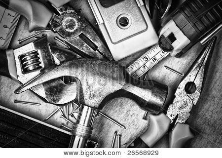 Conjunto de herramientas sobre un panel de madera en blanco y negro