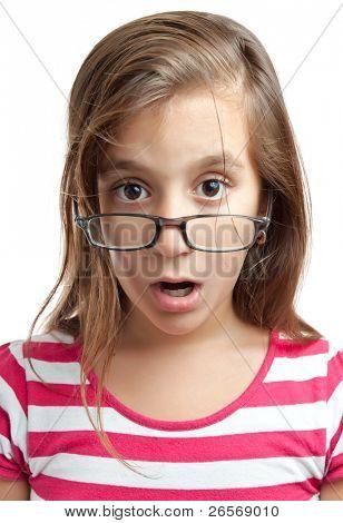 Retrato de uma linda garota latina com óculos e um olhar surpreso, isolado em um fundo branco