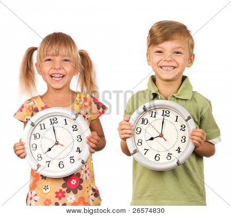 Niño con gran reloj aislado sobre fondo blanco