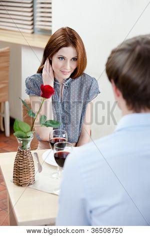 Par é a casa de café sentado à mesa com vaso e vermelho levantou-se nele