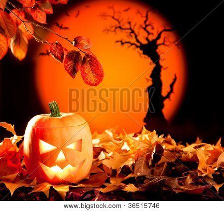 Lanterna abóbora de Halloween laranja com folhas de outono