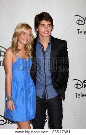 LOS ANGELES - AUGUST 1: Britt Robertson & Gregg Sulkin arrive(s) bei der 2010 ABC Summer Press Tour