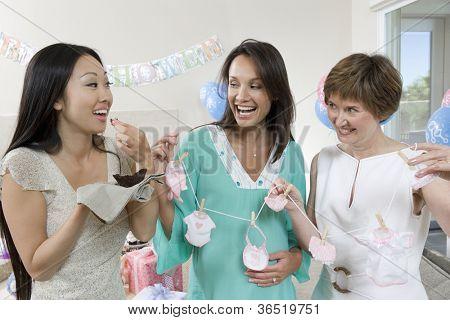 Fröhlich schwangere Frau mit Freunden auf ein Baby-Dusche