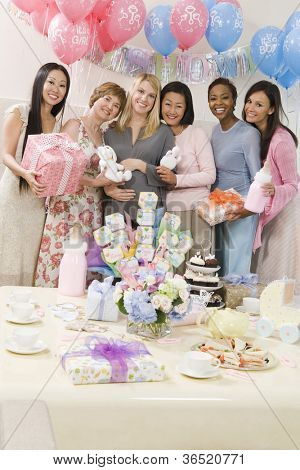 Portrait von glücklichen schwangeren und Freundinnen auf einer Baby-Dusche