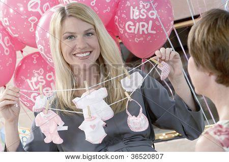 Porträt einer glücklich schwangere Frau mit Mutter auf ein Baby-Dusche
