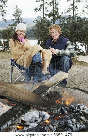 Porträt des jungen Paares sitzen am Lagerfeuer verbringen Zeit zusammen