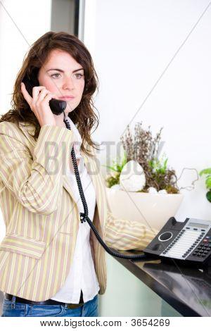 Recepcionista chamando no telefone