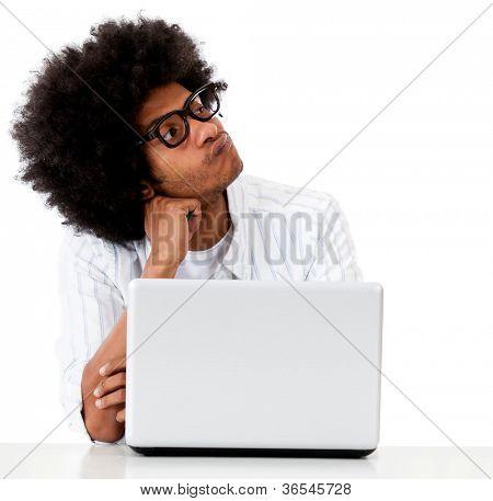 Técnico de computadora geek pensativo - aislado sobre un fondo blanco