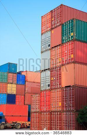 Pila de contenedores de carga al amanecer en un patio intermodal