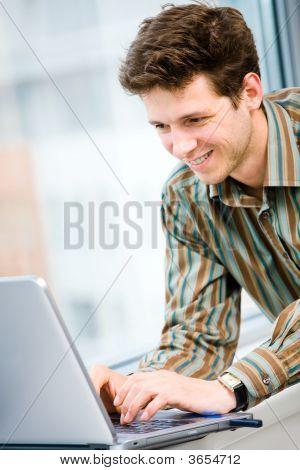 Kaufmann mit Laptop-computer