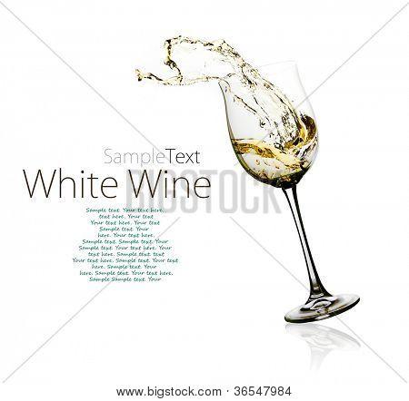 Copo de vinho branco com salpicos em um w