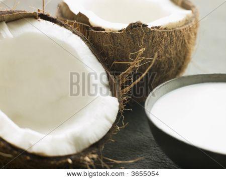 Plato de leche de coco con un coco fresco de Split