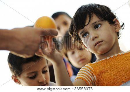 Crianças com fome no campo de refugiados