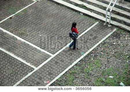 Mujer caminar solo