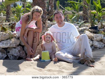 Familia atractiva joven de vacaciones en España
