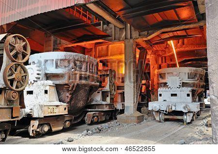 cangilones de acero para transportar el metal fundido dentro de la planta