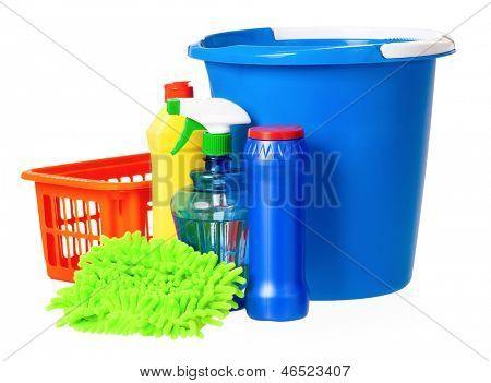 Balde de plástico azul e laranja cesta, isolado no fundo branco