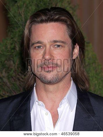 LOS ANGELES - 6 de fevereiro: BRAD PITT chega para o almoço de candidato 2012 Academy Awards em 6 de fevereiro de 2012