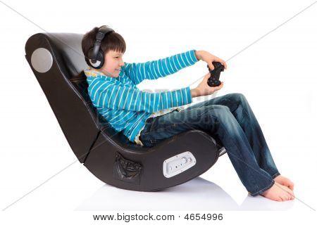 Menino em cadeira ergonómica