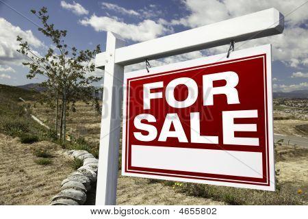 Sinal de venda imóveis e lotes de construção vazio