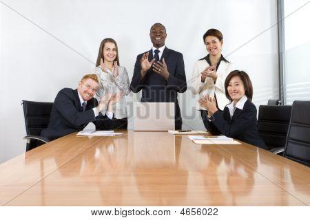 Compañeros de trabajo en la reunión de negocios