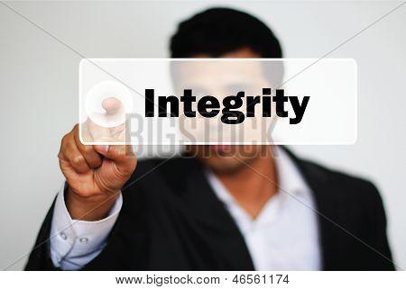 Masculino profissional escolhendo integridade clicando no botão