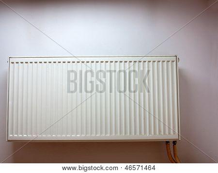 Moderne Heizkörper an der Wand