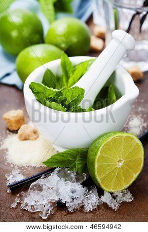 Постер, плакат:  Ингредиенты для Кайпиринья мохито коктейли и другие напитки, холст на подрамнике