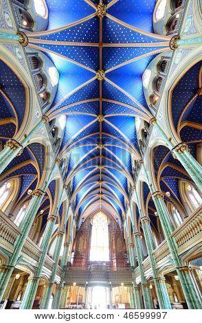 OTTAWA, Canadá - 8 de setembro: Interior de Basílica Catedral de Notre-Dame em 8 de setembro de 2012, em Ottawa, Canadá