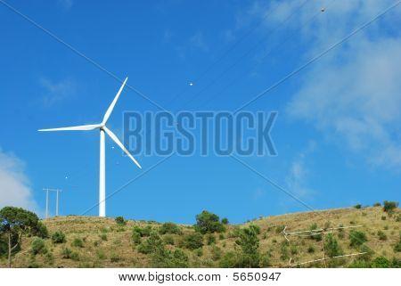 Turbina de viento en la cima de una montaña