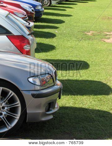 Coches estacionados en la hierba