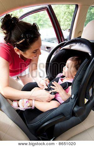 Bebé en el asiento de seguridad