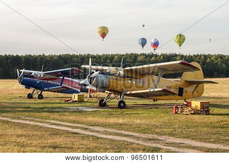 Aiplanes And Hot Air Balloons