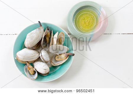 Cooked clams with melted butter.
