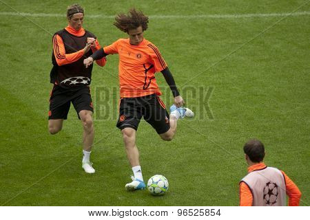 MUNICH, GERMANY May 18 2012 Chelsea's Spanish forward Fernando Torres (L) and Chelsea's Brazilian defender David Luiz (R) during the official Chelsea training for the 2012 UEFA Champions League Final