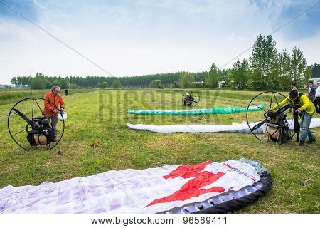 Motorized Paragliders Are Ready To Go From A Green Field