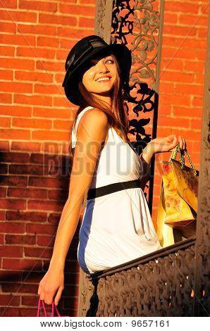 Mulher bonita com sacos de compras