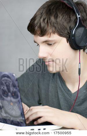Fone de ouvido vestindo Teen funciona no computador