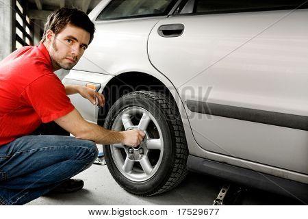 Sacar los tornillos de un neumático de coche