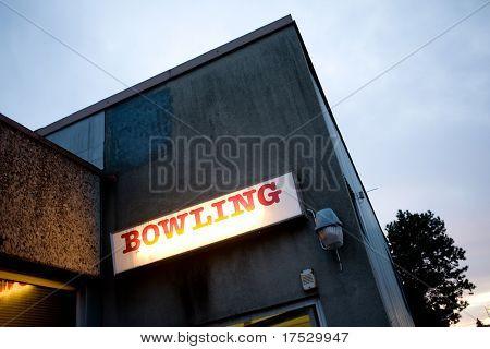 Un retro bowling signo para una bolera local