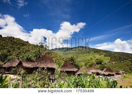 Ein traditionelles Dorf in Papua, Indonesien