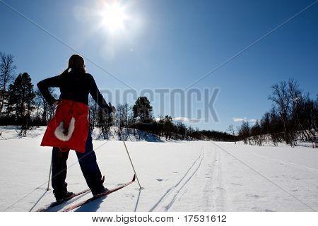 Una mujer en un paisaje de invierno esquí de fondo