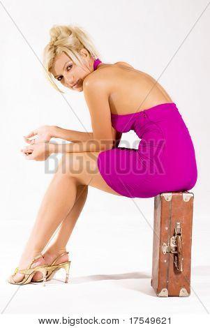hermosa chica enojada, sentado en el caso antiguo