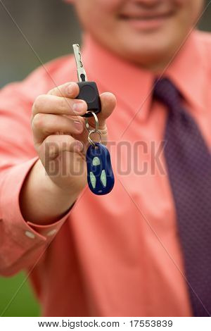 Explotación de las llaves del coche de la mano del empresario