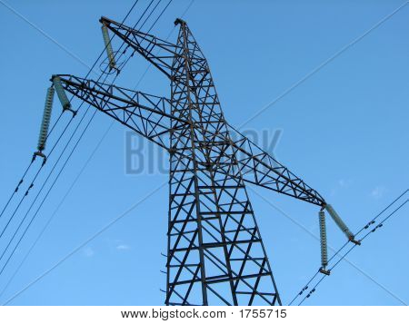 Powerline Torre visto desde abajo contra el cielo azul