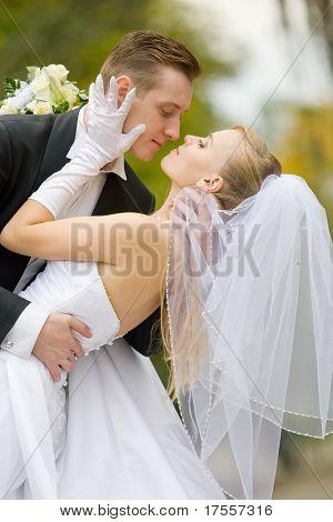 Tiro de colores de la boda de novios besos