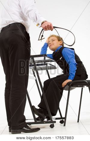 Padre hijo amenazante con un cinturón