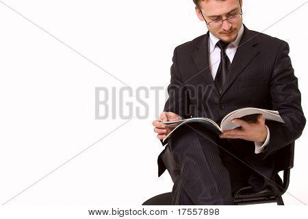 Junger hübscher Mann Lesung Magasine. Isoliert